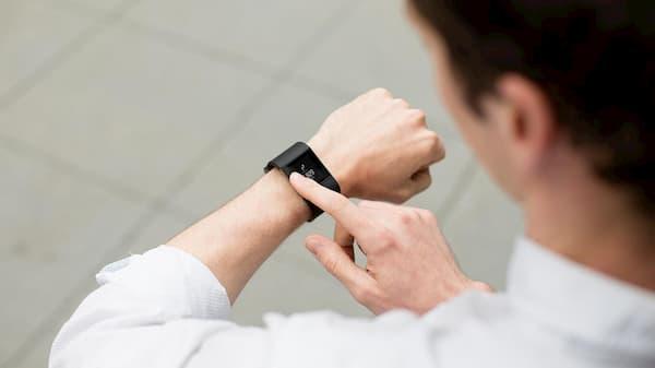 Có nên mua vòng tay Fitbit ionic?